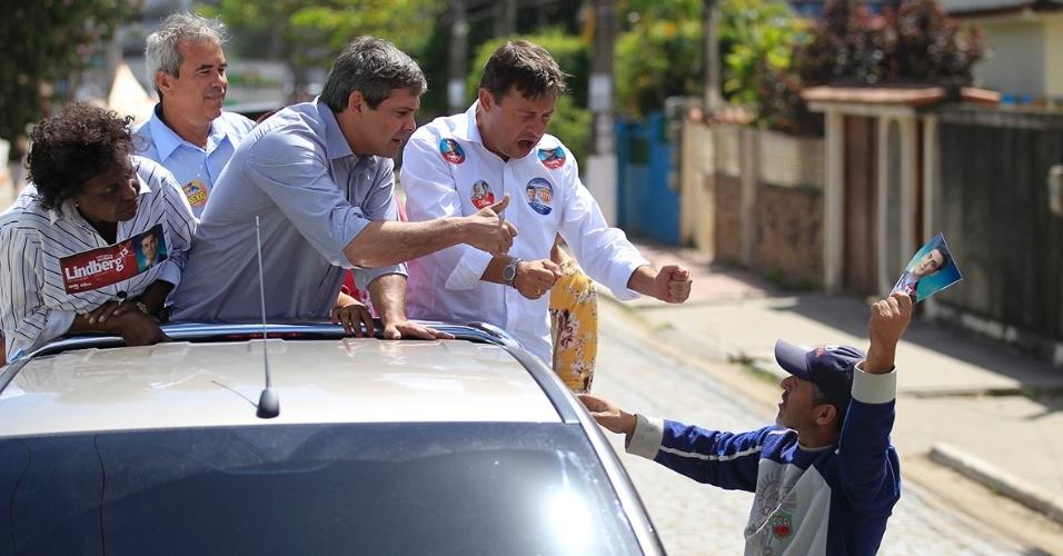 5.set.2014-Candidato ao governo do Rio de Janeiro, Lindberg Farias (PT) participa de carreata e encontra eleitores em Itaboraí, região metropolitana do Rio