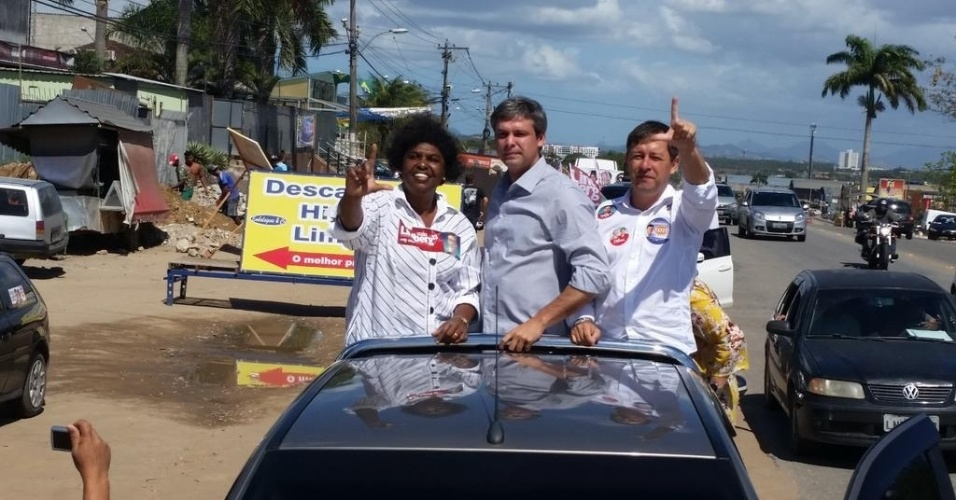 5.set.2014 - Candidato do PT ao governo do Rio de Janeiro, Lindberg Farias, participa de carreata e encontra eleitores em Itaboraí, região metropolitana do Rio de Janeiro