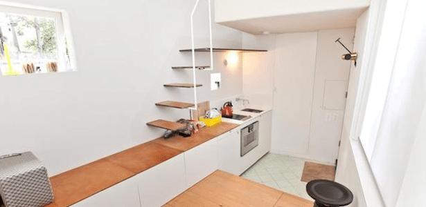 Para dormir, o morador precisa subir na pia da cozinha, onde há uma escada que dá acesso ao mezanino - zoopla.co.uk