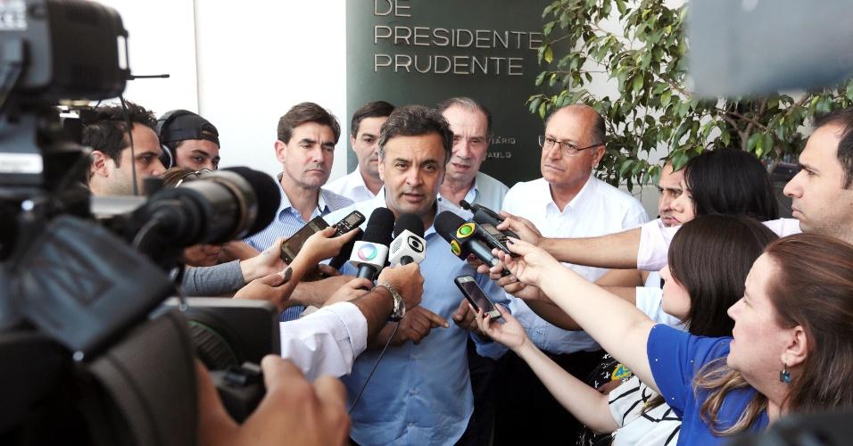 6.set.2014 - O candidato à Presidência pela PSDB, Aécio Neves, durante entrevista coletiva à imprensa, em Presidente Prudente (SP), onde participa de ato político com lideranças da região