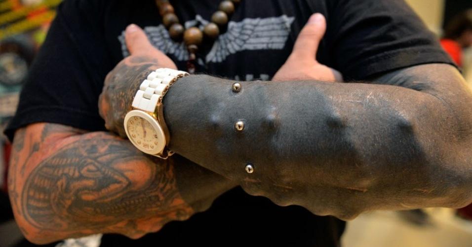 6.set.2014 - O venezuelano Emilio Gonzalez, que tem diversas modificações corporais, como chifres, implantes sob a pele e ganchos para suspensão corporal, participa da primeira Convenção Internacional de Tatuagem e Modificações Corporais em Lima, no Peru