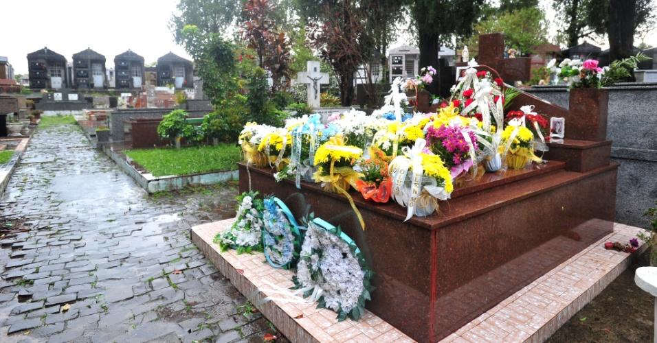 6.set.2014 - Parentes e amigos de Bernardo Boldrini, 11, morto em abril deste ano, foram ao cemitério Ecumênico Municipal em Santa Maria (RS) para deixar flores no túmulo onde o menino está enterrado. Neste sábado (6), o menino completaria 12 anos de idade