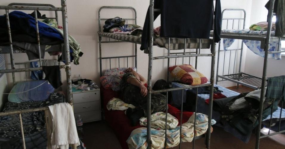6.set.2014 - Separatista pró-Rússia dorme em um quartel na periferia de Donetsk. Uma calma desconfortável prevalece no leste da Ucrânia neste sábado, depois que o presidente do país anunciou em seu Twitter um cessar-fogo com as forças separatistas