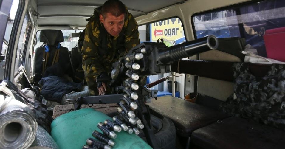 6.set.2014 - Separatista pró-Rússia verifica um lançador de granadas automático montado em um veículo em um posto de controle na periferia de Donetsk, Ucrânia. Uma calma desconfortável prevalece no leste da Ucrânia neste sábado (6), depois que as forças ucranianas e separatistas pró-russos assinaram um acordo de cessar-fogo numa tentativa de acabar com o conflito que desencadeou uma profunda crise nas relações entre a Rússia e o Ocidente