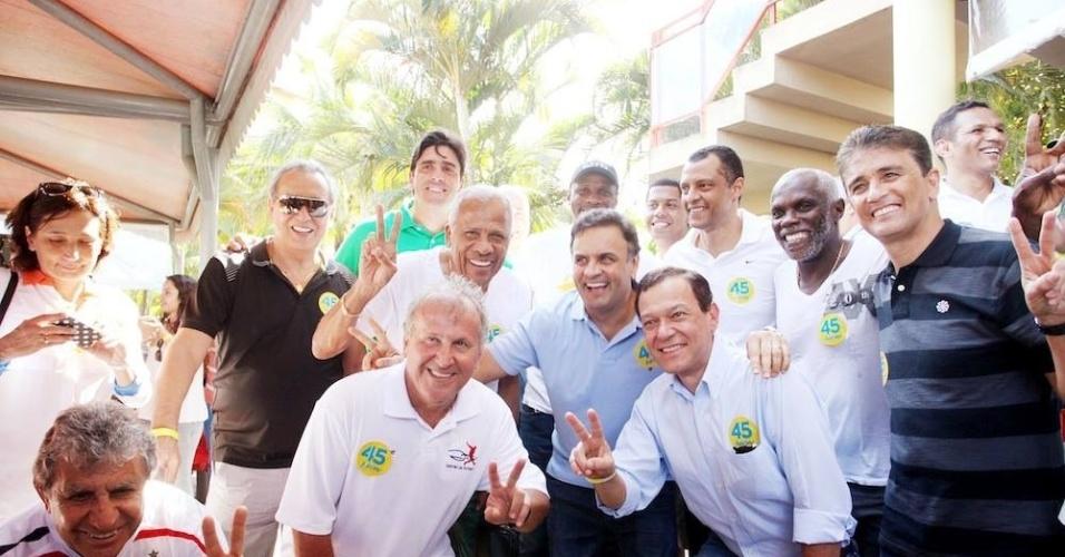 Ex-jogadores de futebol, como Zico (agachado), Dadá Maravilha (entre Zico e Aécio), e Bebeto (primeiro à direita) apoiam a candidatura do PSDB ao Planalto