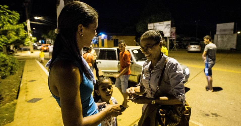 6.set.2014 - Maria Lúcia Silva, irmã de Marina Silva (PSB), faz campanha pela candidata à Presidência em Senador Guiomard (AC) e confunde eleitores por causa da semelhança física com a familiar
