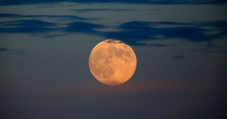 8.set.2014 - A lua cheia é vista de Valletta, em Malta. Essa é a última superlua do ano, segundo os astrônomos