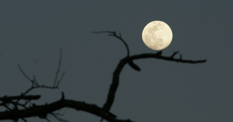 8.set.2014 - A lua cheia é vista em Lusaka, na Zâmbia. Essa é a última superlua do ano e coincide com a chamada Lua da Colheita, que é celebrada em vários países asiáticos
