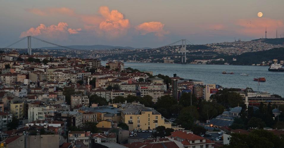 8.set.2014 - A lua cheia se projeta no céus sobre o Bosfóro em Istambul, na Turquia, durante o Festival do Meio do Outono ou Festival da Colheita. Devido a antigas práticas, a lua cheia também é conhecida como Lua da Colheita