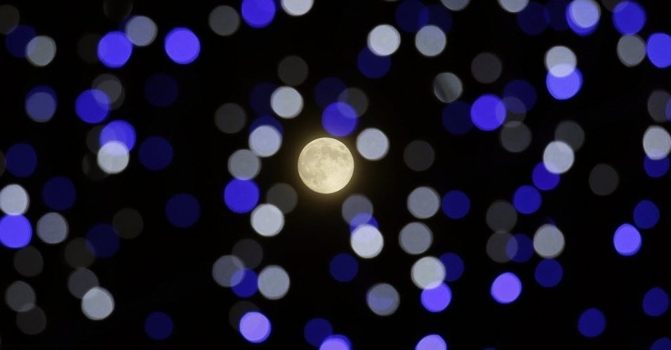 8.set.2014 - Lua brilha no meio de instalação artística durante festival de lanternas em Hong Kong, na China. Chineses em todo o mundo celebram o festival do Meio-Outono no dia 15 do oitavo mês do calendário lunar. O festival começou como uma celebração da lua cheia na China antiga, e também marca a derrubada dos governantes mongóis durante a Dinastia Yuan