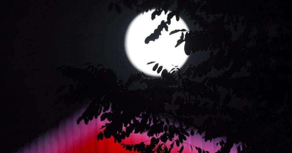 8.set.2014 - Lua brilha sobre a cidade Shenyang, capital da província de Liaoning, na China, durante o festival do Meio-Outono que acontece no país