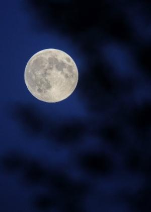 8.set.2014 - Lua brilha sobre o céu em Changchun, capital da província de Jilin na China, durante o festival do Meio-Outono que acontece no país