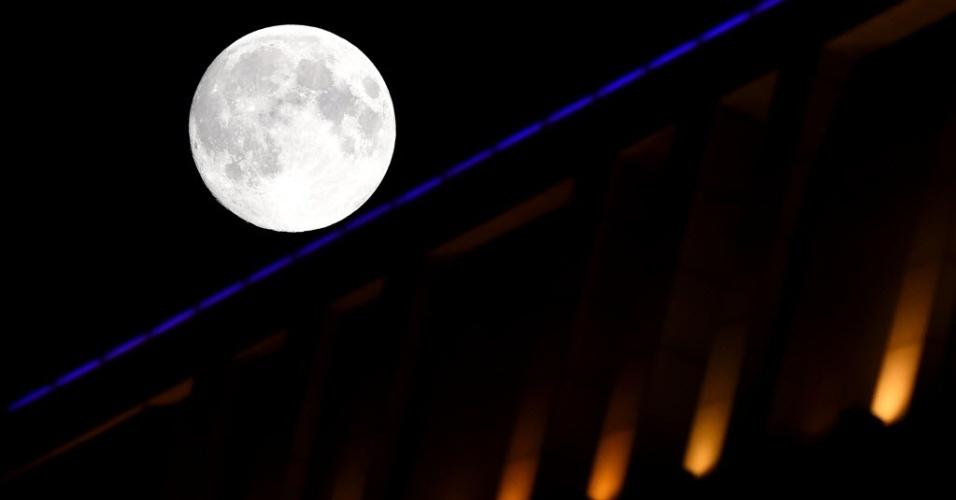 8.set.2014 - Lua brilha sobre o céu em Shenyang, capital da província de Liaoning, na China, durante o festival do Meio-Outono que acontece no país