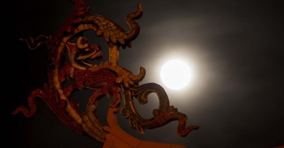 8.set.2014 - Lua cheia é fotografada em Kuala Lumpur, na Malásia. Nesta segunda-feira (8) acontece o terceiro e último fenômeno da superlua de 2014. A mudança ocorre quando a lua está perto do horizonte e parece maior e mais brilhante do que a lua cheia comum