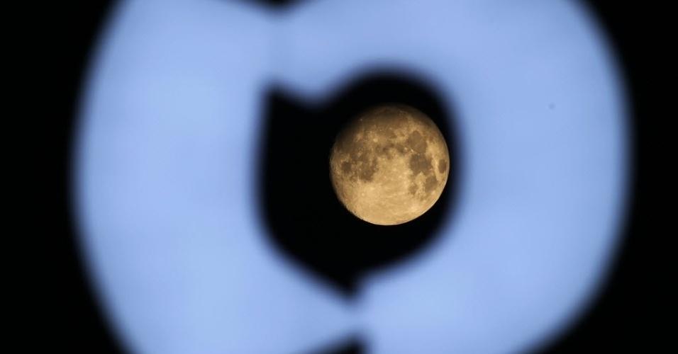 8.set.2014 - Lua é fotografada entre luzes de neon em Nantong, província de Jiangsu, no leste da China. Chineses em todo o mundo celebram o festival do Meio-Outono no dia 15 do oitavo mês do calendário lunar