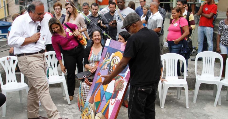 8.set.2014 - O candidato à reeleição ao governo do Rio, Luiz Fernando Pezão (PMDB), participa de encontro com empreendedores de favelas pacificadas no Turano, na zona norte da capital