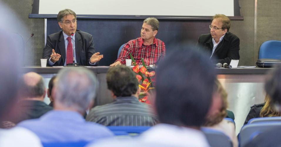 8.set.2014 - O candidato ao governo de Minas Gerais pelo PT, Fernando Pimentel, participa de reunião com representantes do Fórum Mineiro de Comitês de Bacias Hidrográficas, em Belo Horizonte, nesta segunda-feira
