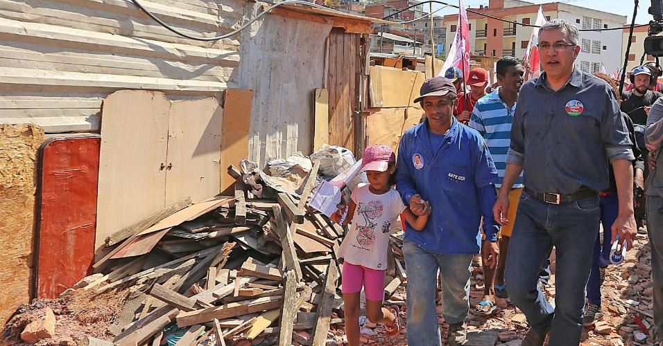 8.set.2014 - O candidato do PT ao Governo do São Paulo, Alexandre Padilha, visita a ocupação Olga Benário, na zona Sul da capital, nesta segunda-feira