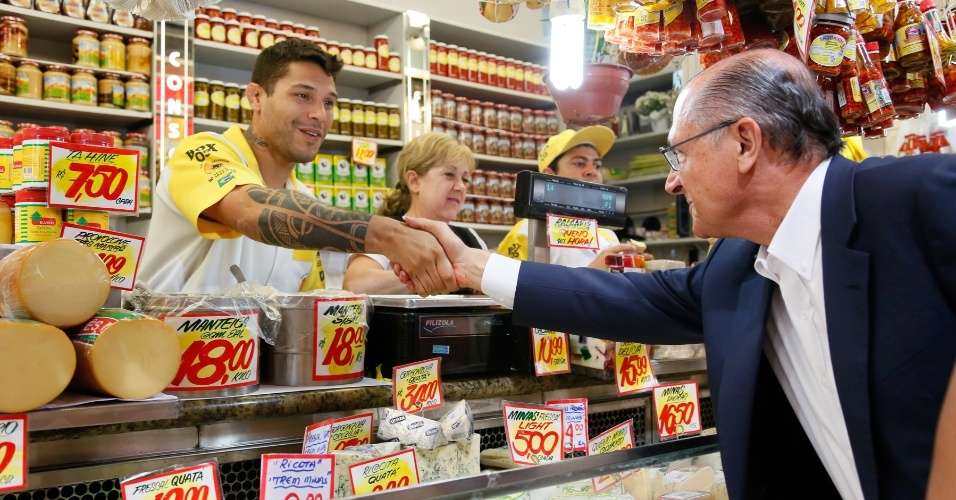 8.set.2014 - O governador de São Paulo e candidato a reeleição, Geraldo Alckmin (PSDB), visita o Mercadão da Lapa, na zona oeste da capital, nesta segunda-feira