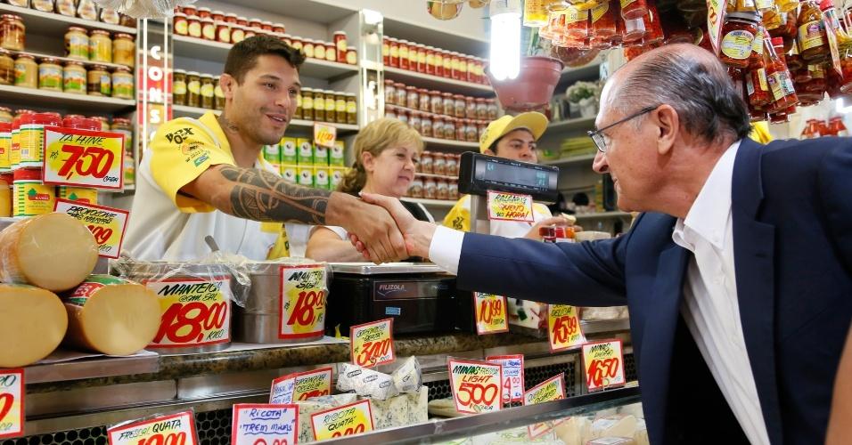 8.set.2014 - O governador de São Paulo e candidato a reeleição, Geraldo Alckmin (PSDB), visita o Mercadão da Lapa, na zona oeste da capital, nesta segunda-feira