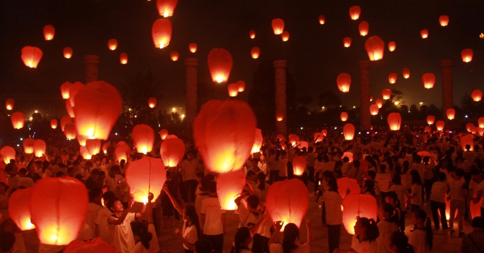 08.set.2014 - Pessoas caminham perto de lanternas durante a celebração do festival de outono, também conhecido como festival da lua, em Yichun,  na China, nesta segunda-feira (8)