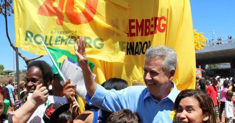7.set.2014 - Senador Rodrigo Rollemberg (PSB), candidato ao governo do Distrito Federal, faz campanha no Plano Piloto, em Brasília
