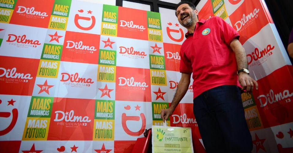 7.set.2014 - Governador Agnelo Queiroz (PT), candidato à reeleição no DF, participa de plebiscito popular constituinte