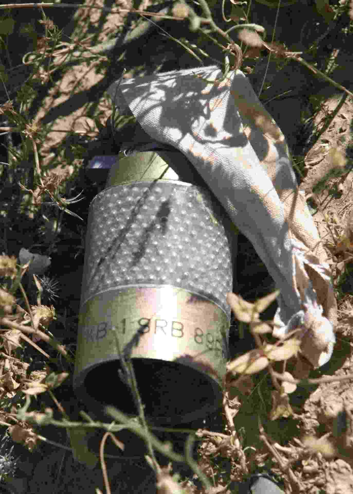 8.mai.2003 - Bomba cluster que não explodiu após ser lançada é encontrada em uma área a pouco mais de 40 quilômetros da cidade iraquiana de Arbil, em 2003. Um grupamento de soldados britânicos especializados em explosivos atuou na região para desativar as bombas. Dezenas de crianças iraquianas morreram ao tentarem manusear as bombas de forma incorreta - Shamil Zhumatov/Reuters