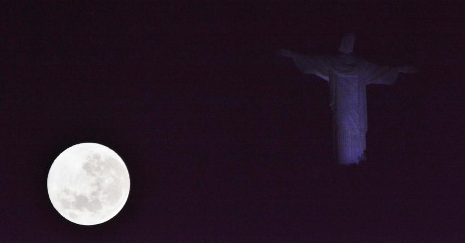 8.set.2-14 - No Rio de Janeiro, fenômeno da superlua pode ser visto com o Cristo Redentor de cenário