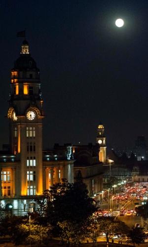 8.set.2014 - Lua cheia brilha sobre a região da estação Júlio Prestes, na capital paulista, nesta segunda-feira (8)