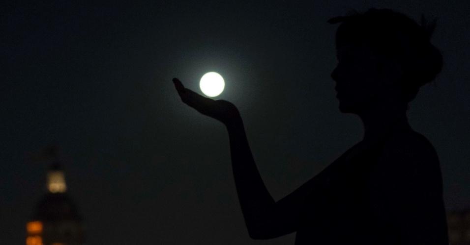 8.set.2014 - Lua cheia é vista de monumento em São Paulo na noite desta segunda-feira (8)
