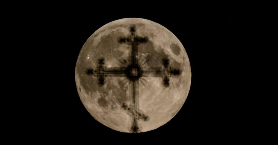 8.set.2014 - Silhueta de cruz ortodoxa de igreja em Minsk, Bielorrússia, é iluminada pela lua