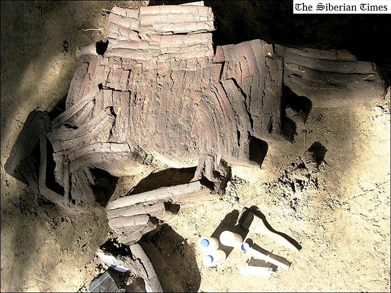8.set.2014 - Um traje de batalha pertencente a um guerreiro foi descoberto próximo ao rio Irtysh em Omsk, na Rússia. A armadura é feita de ossos e deve ter servido de proteção em batalhas durante a Idade do Bronze. O artefato foi encontrado em 'perfeitas condições', segundo os pesquisadores, levando em consideração que possui entre 3.000 e 3.900 anos