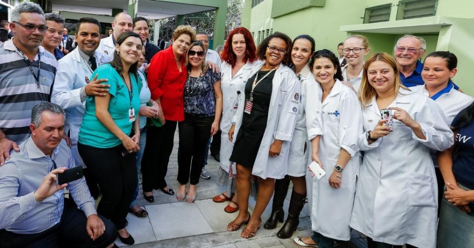 """9.set.2014 - A candidata à reeleição, Dilma Rousseff (PT), visitou um centro de reabilitação da UBS (Unidade Básica de Saúde) do Jardim Herculano, na zona sul de São Paulo. Nesta terça-feira, a presidente rebateu a declaração da adversária Marina Silva (PSB) de que ela teria beneficiado os bancos durante o seu governo. """"Não adianta querer falar que eu fiz bolsa banqueiro. Eu não tenho banqueiro me apoiando. Eu não tenho banqueiro, você entende, me sustentando"""", disse Dilma, em referência indireta a uma das coordenadoras do programa de Marina, Maria Alice Setubal, uma das principais interlocutoras da presidenciável"""