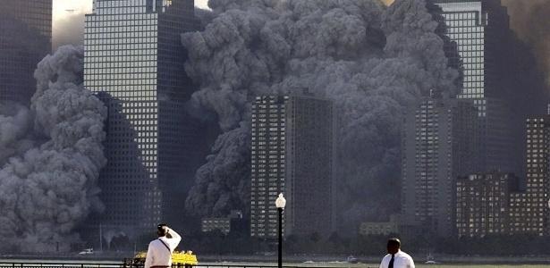 A torre norte do World Trade Center desaba em Nova York após o ataque terrorista de 11 de setembro de 2001