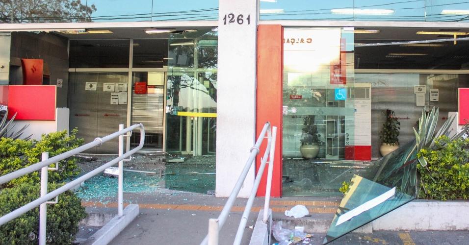 9.set.2014 - Assaltantes explodiram os caixas eletrônicos de uma agência bancária na a avenida Senador Teotônio Vilela, no bairro de Cidade Dutra, em São Paulo, na madrugada desta terça-feira (9). Um dos cofres foi levado