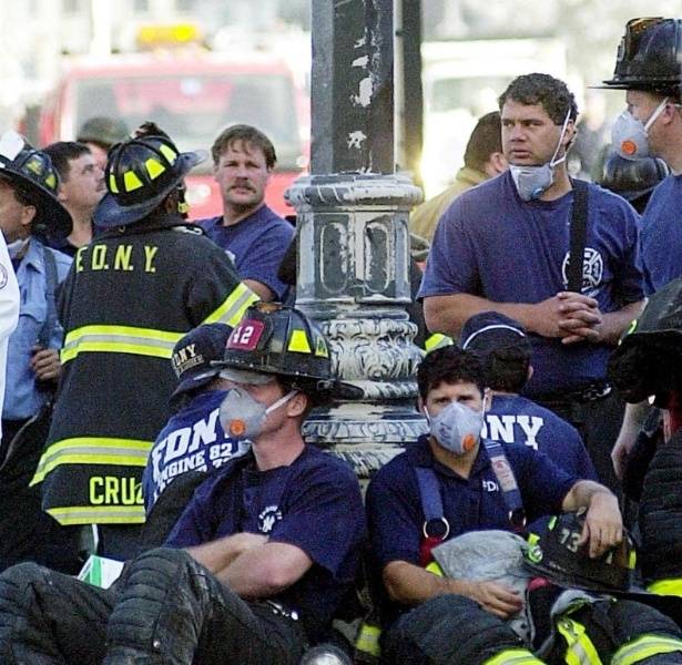 9.set.2014 - Bombeiros descansam durante o trabalho de resgate nos atentados de 11 de setembro de 2001 em Nova York (EUA)