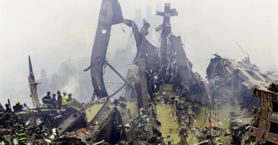 9.set.2014 - Bombeiros procuram sobreviventes no local dos atentados ao World Trade Center, em Nova York (EUA),em 11 de setembro de 2001