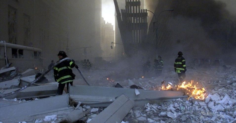 9.set.2014 - Bombeiros trabalham em torno do World Trade Center após as duas torres desabaram em Nova York (EUA) em 11 de setembro de 2001