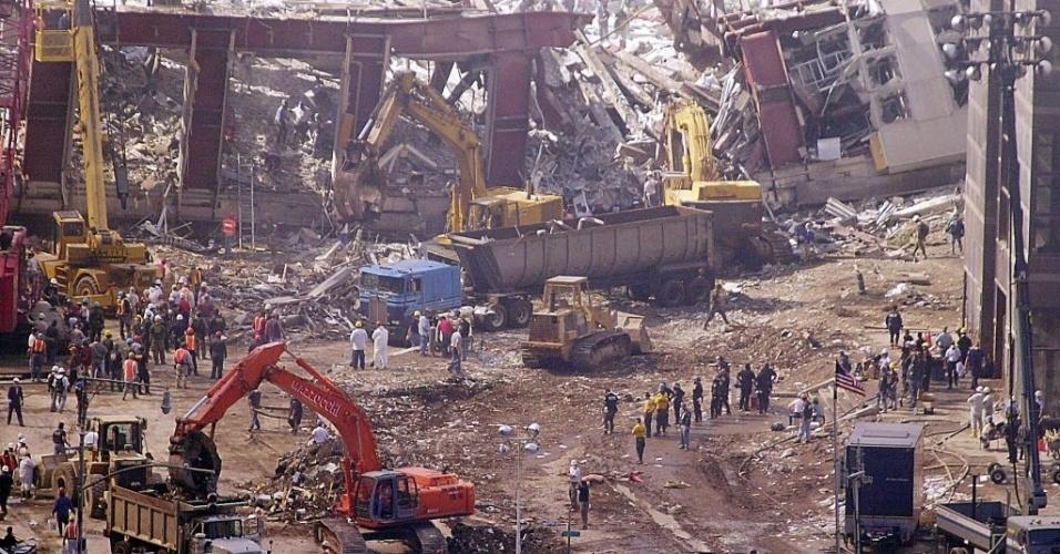 9.set.2014 - Equipes de resgate trabalham no local dos os atentados de 11 de setembro de 2001, em Nova York (EUA)