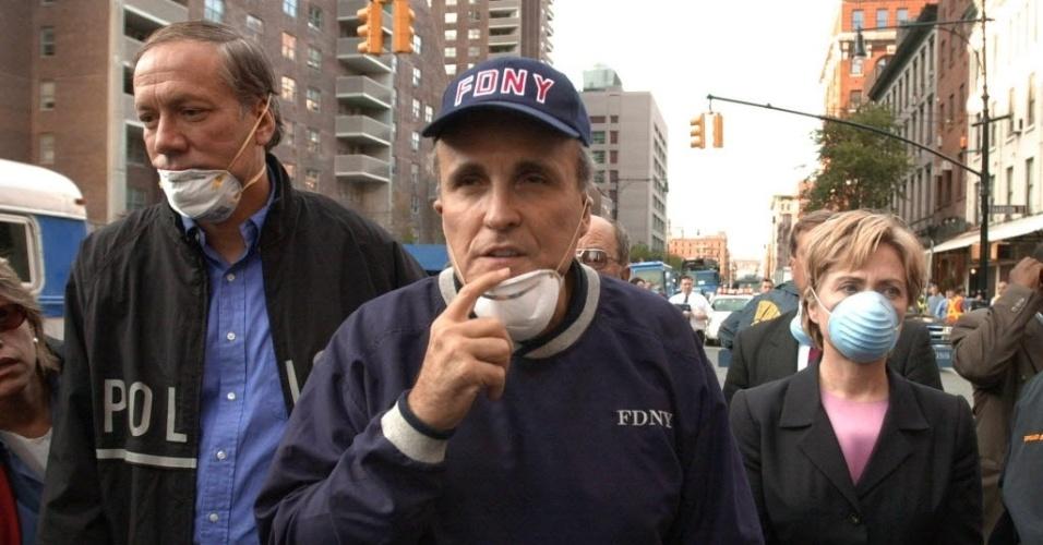 9.set,2014 - Governador de Nova York na época, George Pataki (esq.), prefeito Rudolph Giuliani (centro) e a então senadora Hillary Clinton (dir.) visitam o local dos ataques