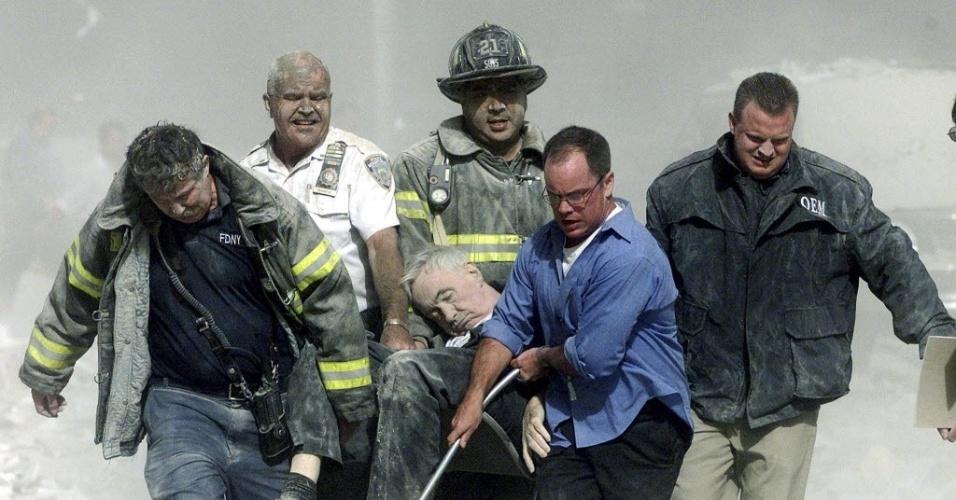 9.set.2014 - Homens carregam Mychal Judge, capelão do Corpo de Bombeiros de Nova York morto no World Trade Center durante os ataques de 11 de setembro de 2001