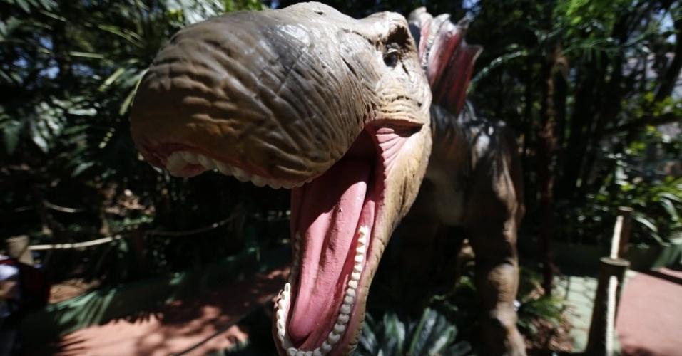 9.set.2014 - O Amargassauro foi uma espécie de dinossauro herbívoro e quadrupede que media cerca de 12 metros de comprimento e quatro de altura, cujo peso variava de cinco a sete toneladas. Ele viveu na América do Sul e foi descoberto na Argentina, na região de La Amarga, que originou o seu nome. O dinossauro é uma das 20 réplicas da exposição interativa