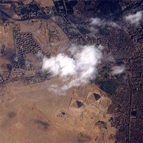 """9.set.2014 - O astronauta Reid Wiseman publicou esta imagem no dia 5 de setembro e escreveu: """"Sem dúvida, esses são algumas das grandes pirâmides em El Gîza"""". Na foto, as pirâmides da cidade egípcia são vistas do espaço"""