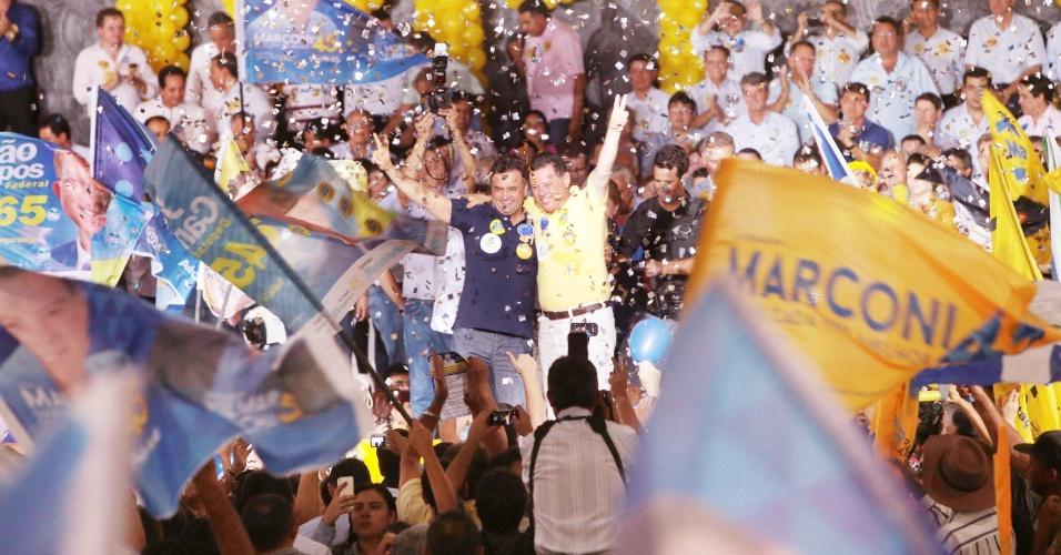 9.set.2014 - O candidato à Presidência da República Aécio Neves (PSDB) participa de ato político em apoio à sua candidatura  ao lado do governador de Goiás, e candidato à reeleição, Marconi Perillo (PSDB), em Goiânia