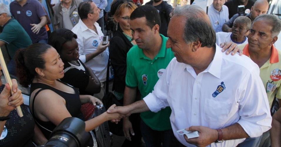 9.set.2014 - O candidato à reeleição ao governo do Rio de Janeiro, Luiz Fernando Pezão (PMDB), faz caminhada na comunidade Tavares Bastos, no morro Nova Cintra, na zona sul da capital
