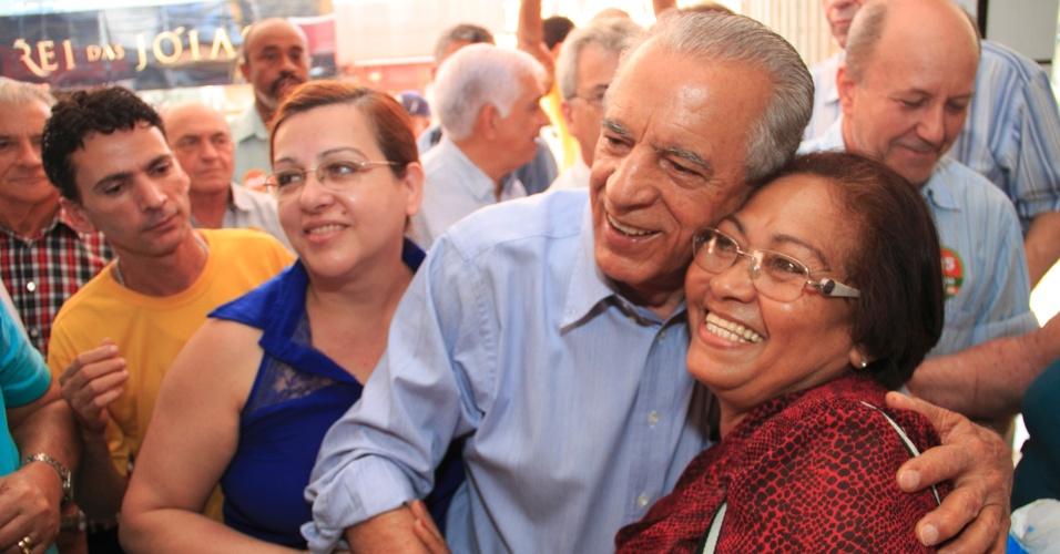 9.set.2014 - O candidato ao governo de Goiás Iris Rezende (PMDB) faz caminhada no Mercado de Campinas, em Goiás