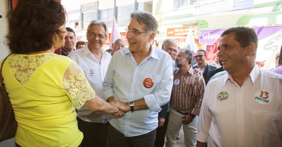 9.set.2014 - O candidato ao governo de Minas Gerais Fernando Pimentel (PT) fala com eleitora durante caminhada na cidade de Pará de Minas, no interior do Estado