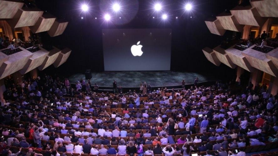 9.set.2014 - Público acompanha início de cerimônia de lançamento de novos produtos da Apple, em evento na Califórnia