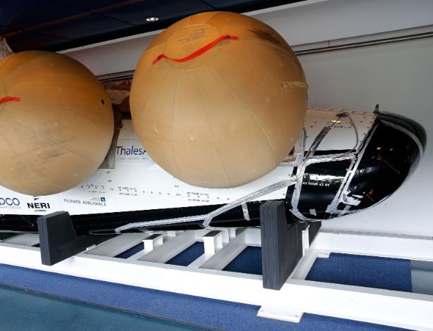 Uma réplica do avião espacial IXV no Centro de Tecnologia e Pesquisa Aeroespacial Europeia (Estec, na sigla em inglês) em Noordwijk, na Holanda. Após dois meses de testes intensivos, a aeronave será lançada em voo suborbital de 450 quilômetros